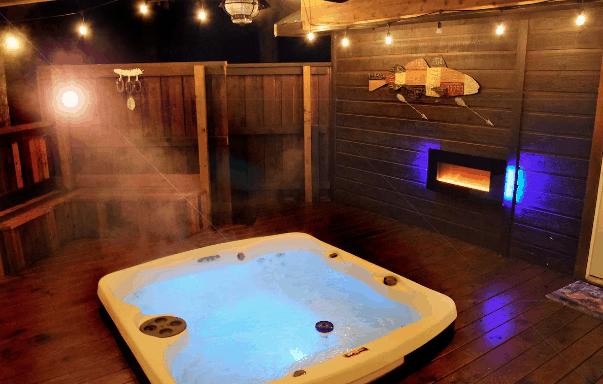 Hot tub in Oklahoma cabin rental
